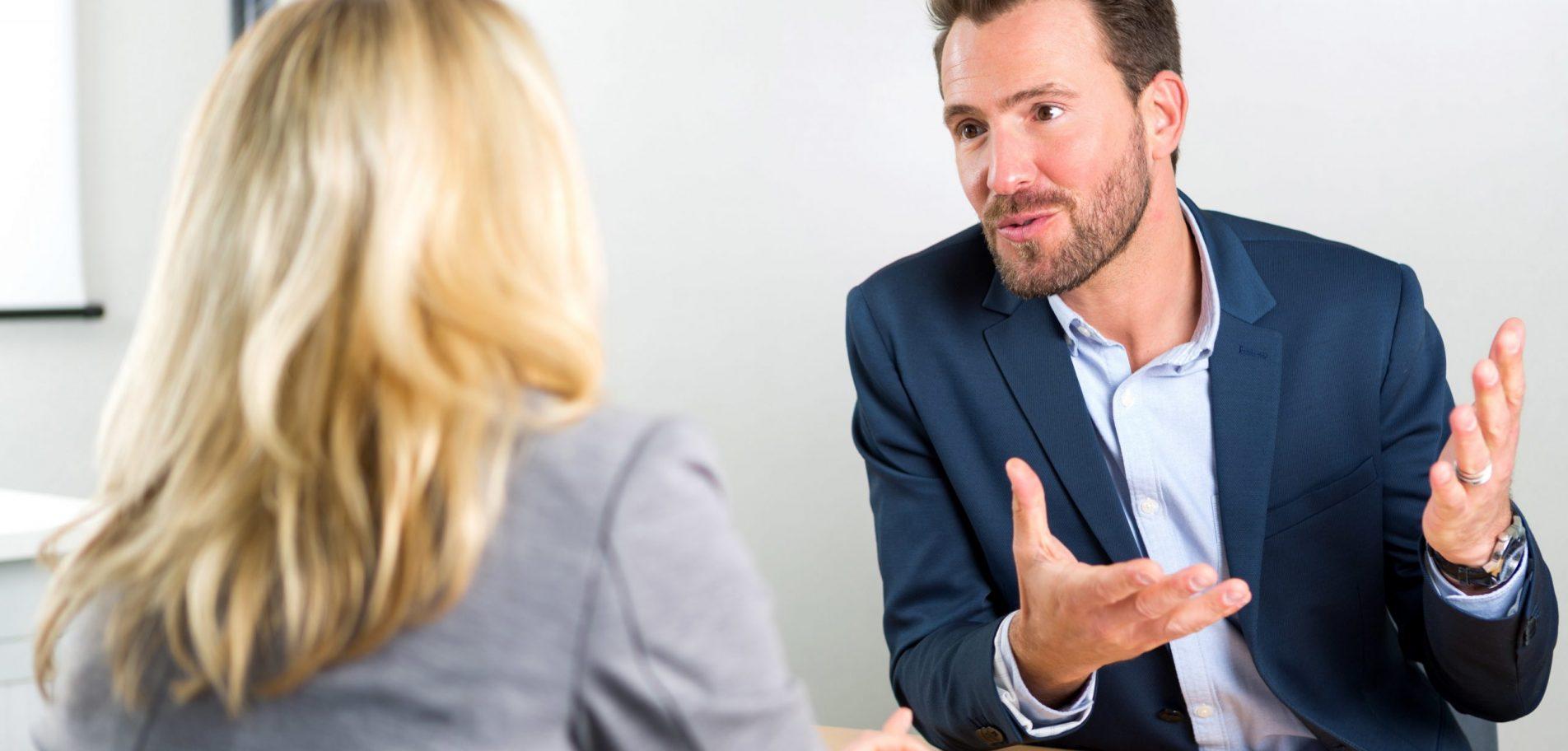 homme femme discussion dossier entreprise coopérative